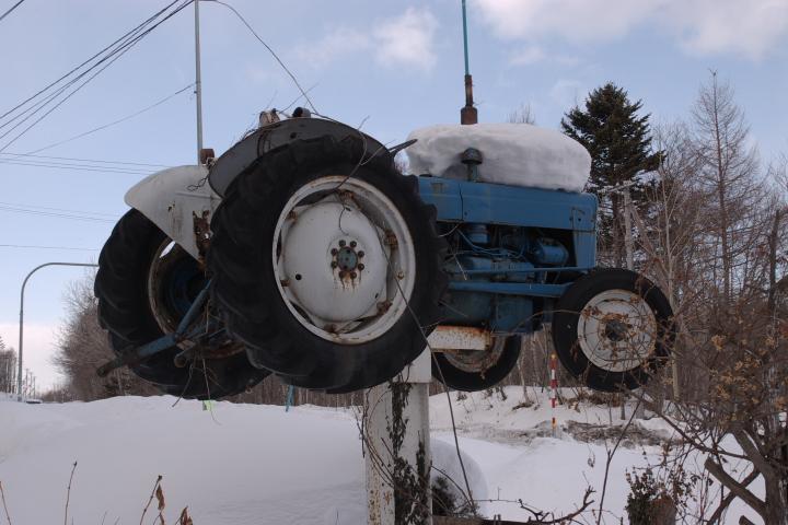 tractor-white-blue-s.jpg