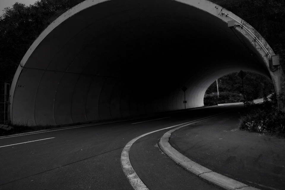 tunnel-mono.jpg